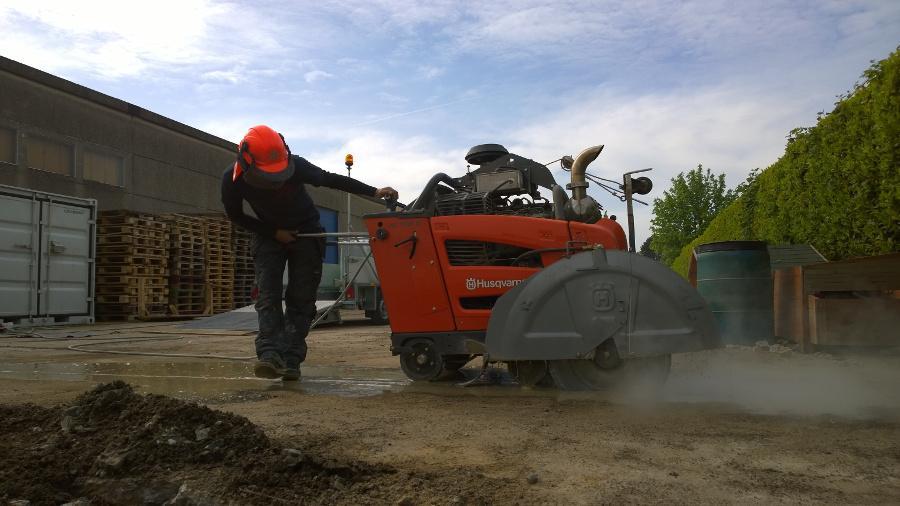 Vloerzagen met een elektrisch aangedreven vloerzaagmachine of een vloerzaagmachine die werkt op diesel