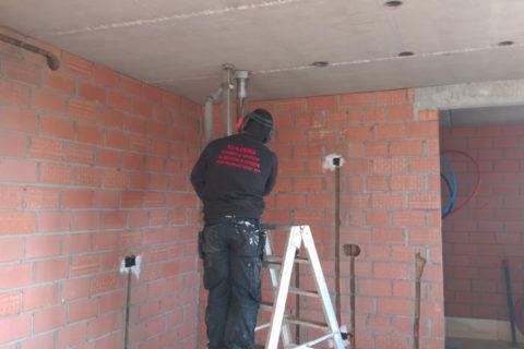 Plafondboringen en spotboringen voor elektricteit
